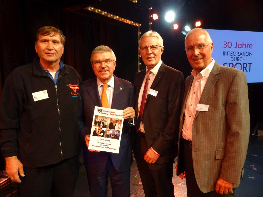 Manfred Wille (von links), IOC-Präsident Dr. Thomas Bach, Reinahrd Rawe und Karl-Heinz Steinmann