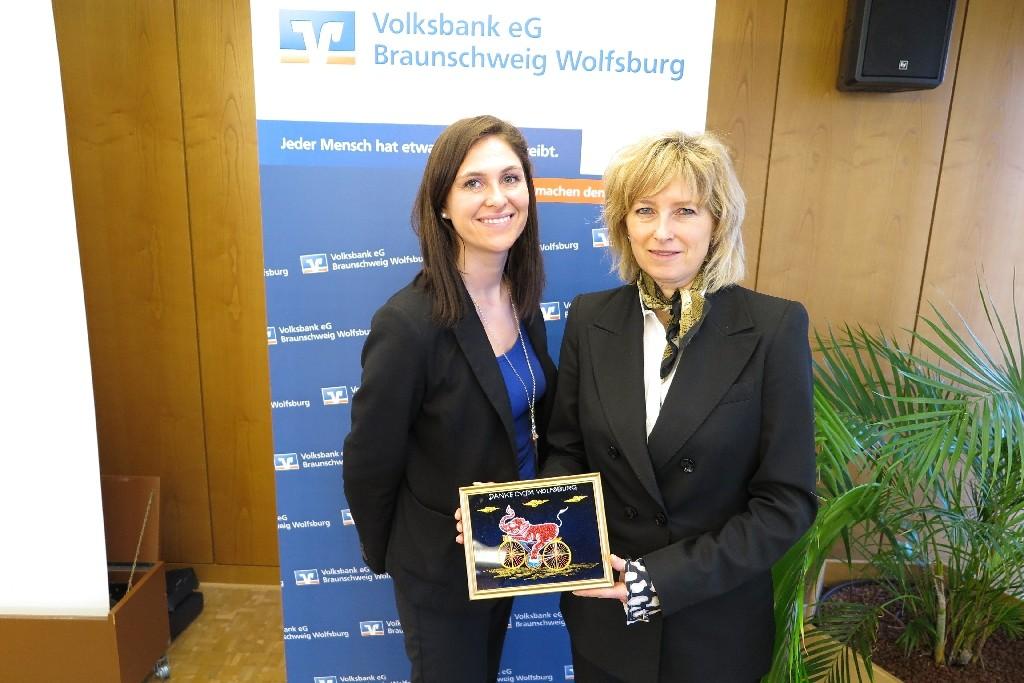 Claudia Kayser (links) und Ines Czok von der Volksbank Braunschweig-Wolfsburg
