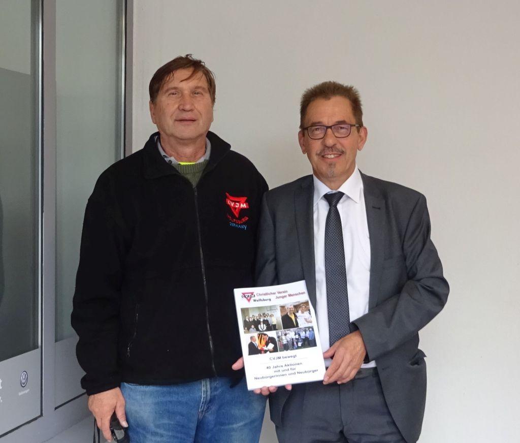 Axel Diedrich (rechts) von der Volkswagen-Sportförderung und Manfred Wille