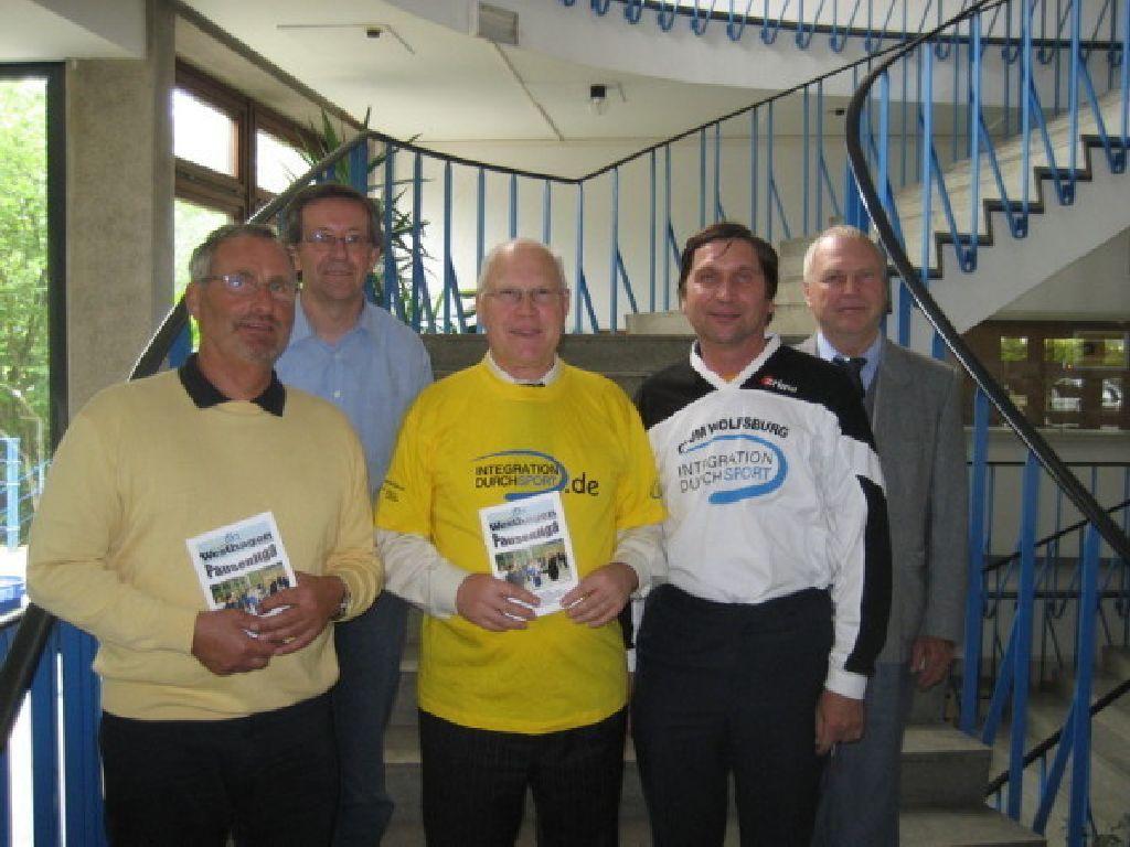 Professor Dr. Wolf-Rüdiger Umbach (mit gelben T-Shirt) und Karsten Lege (links), Daniel Janzen, Manfred Wille und Robert Fischer