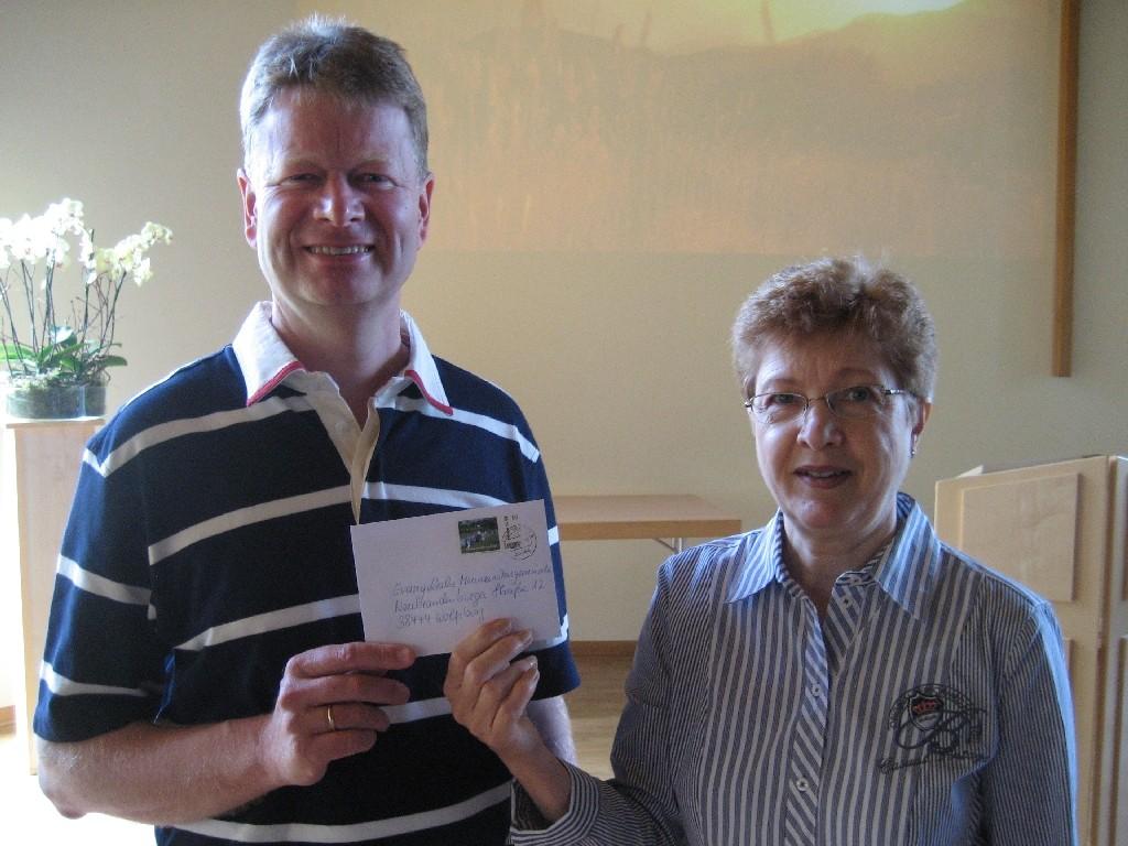Helene Joksch (rechts) und Lothar Wiebe vom Vorstand der evangelischen Freikirche der Mennoniten