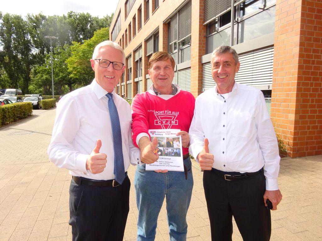 Reinhard Rawe (links) und Norbert Engelhardt vom LandesSportBund Niedersachsen mit Manfred Wille (Mitte)