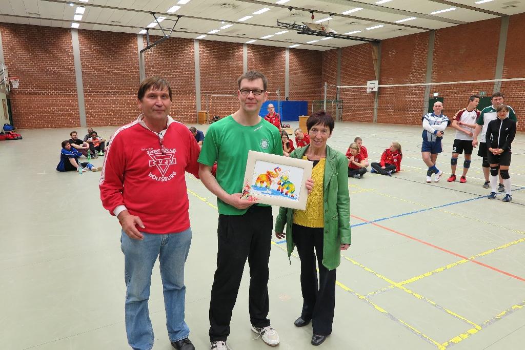 Jens Hermann (Mitte) mit Bürgermeisterin Bärbel Weist und Manfred Wille