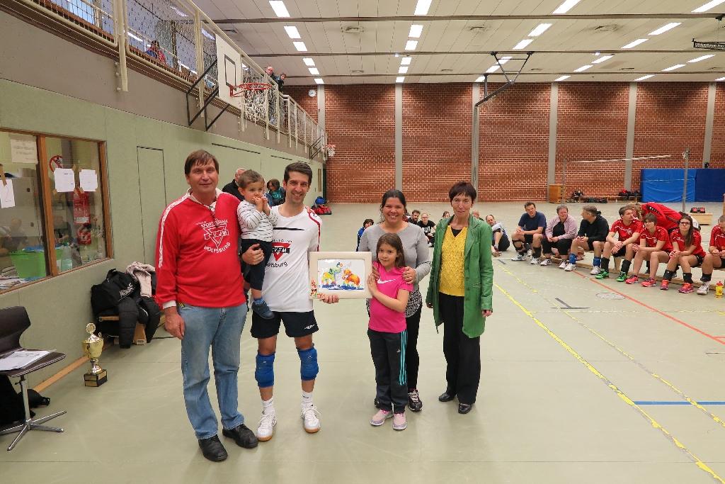 Marco Gedra (Zweiter von links) mit Sohn Theo, daneben Sophia mit Tochter Silvia. Bürgermsiterin Bärbel Weist (rechts9 und Manfred Wille (links)