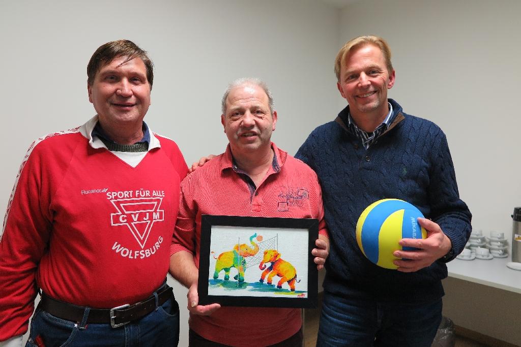 Norbert Terczewski (mit Bild), Heinz Wübbena, Präsident des Nordwestdeutschen Volleyball Verbandes (rechts) und Manfred Wille (links)