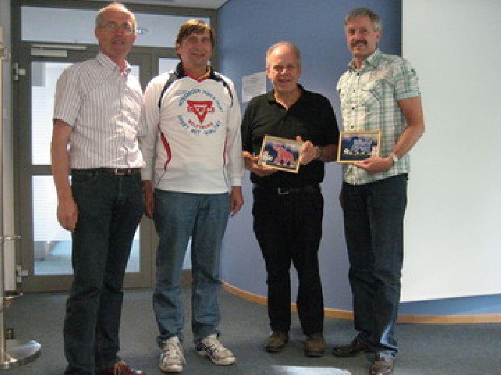 Andreas Bahlburg (rechts), Jürgen Berkle, Manfred Wille und Jan-Dieter Warntjen vom Niedersächsischen Volleyball Verband