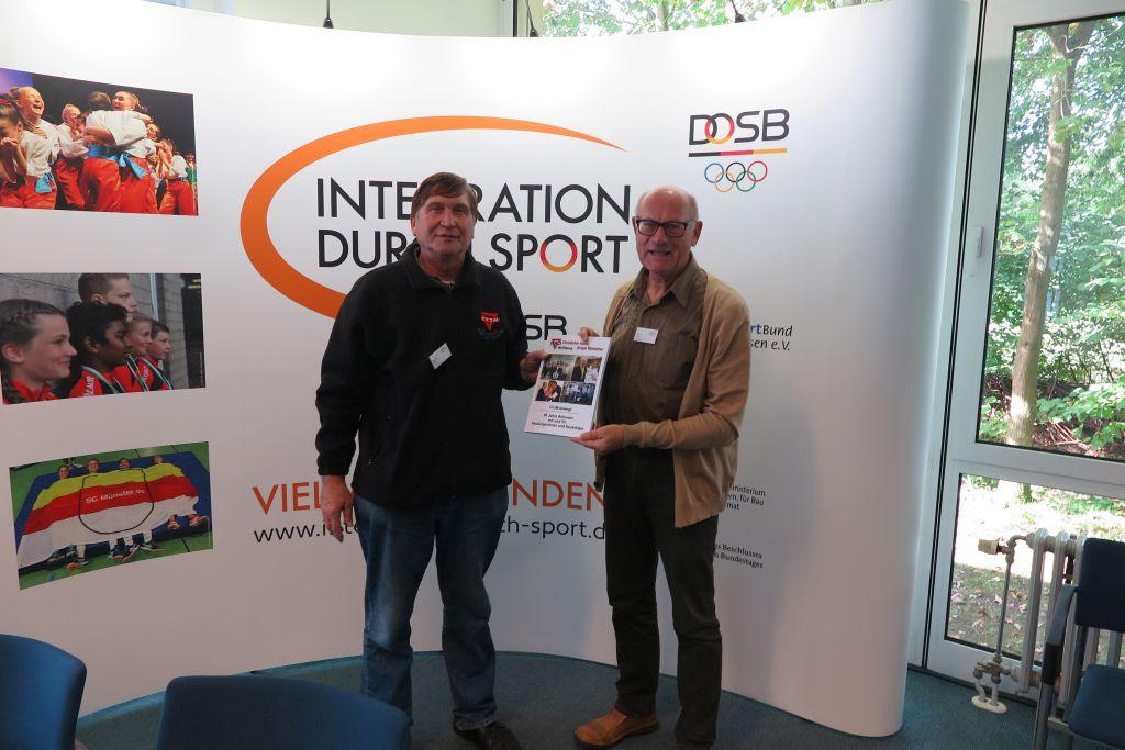 Hans Grote vom LandesSportBund Niedersachsen (rechts) und Manfred Wille