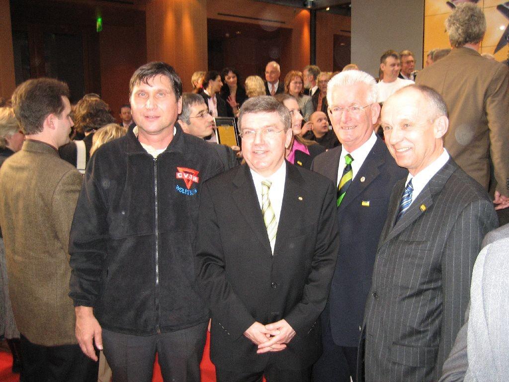 von rechts: Reinhard Jahn von der Volksbank Braunschweig-Wolfsburg, Klaus Witte vom LandesSportBund Niedersachsen, Dr. Thomas Bach, Präsident des Deutschen Olympischen Sportbundes (DOSB) und Manfred Wille vom CVJM Wolfsburg
