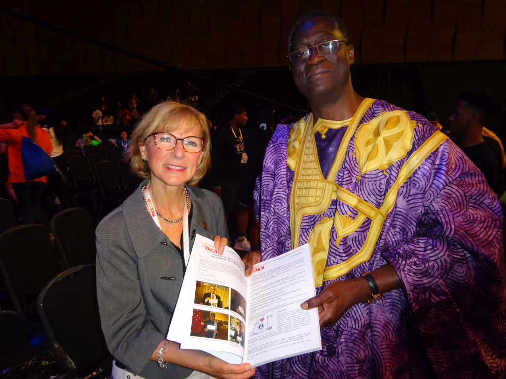 Patricia Pelton, Präsidentin des weltweiten YMCA (links) mit Carlos Sanvee, Generalsekretär