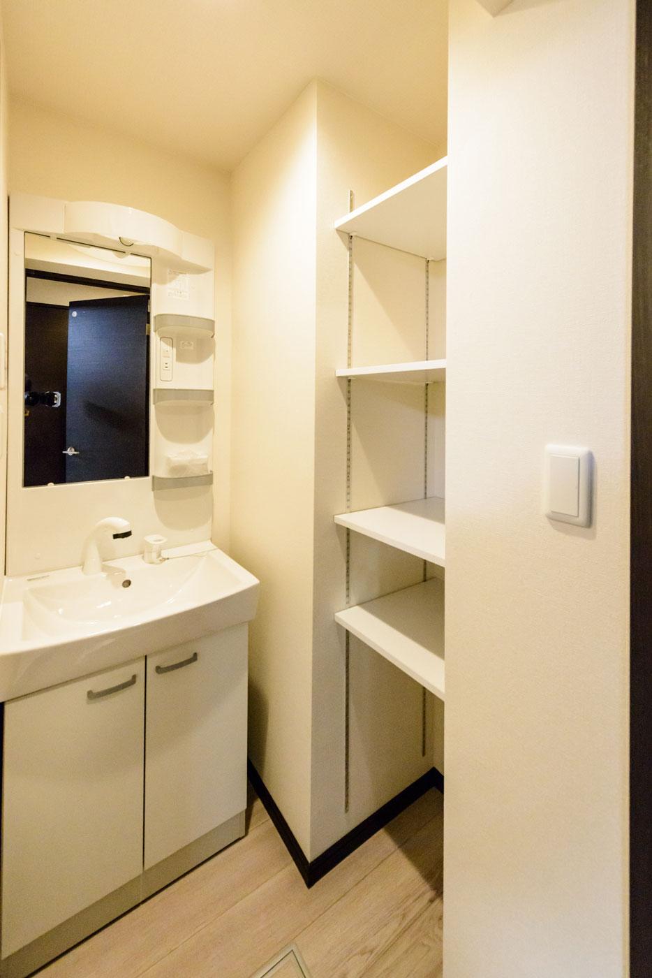 洗面室・収納(可動式棚)