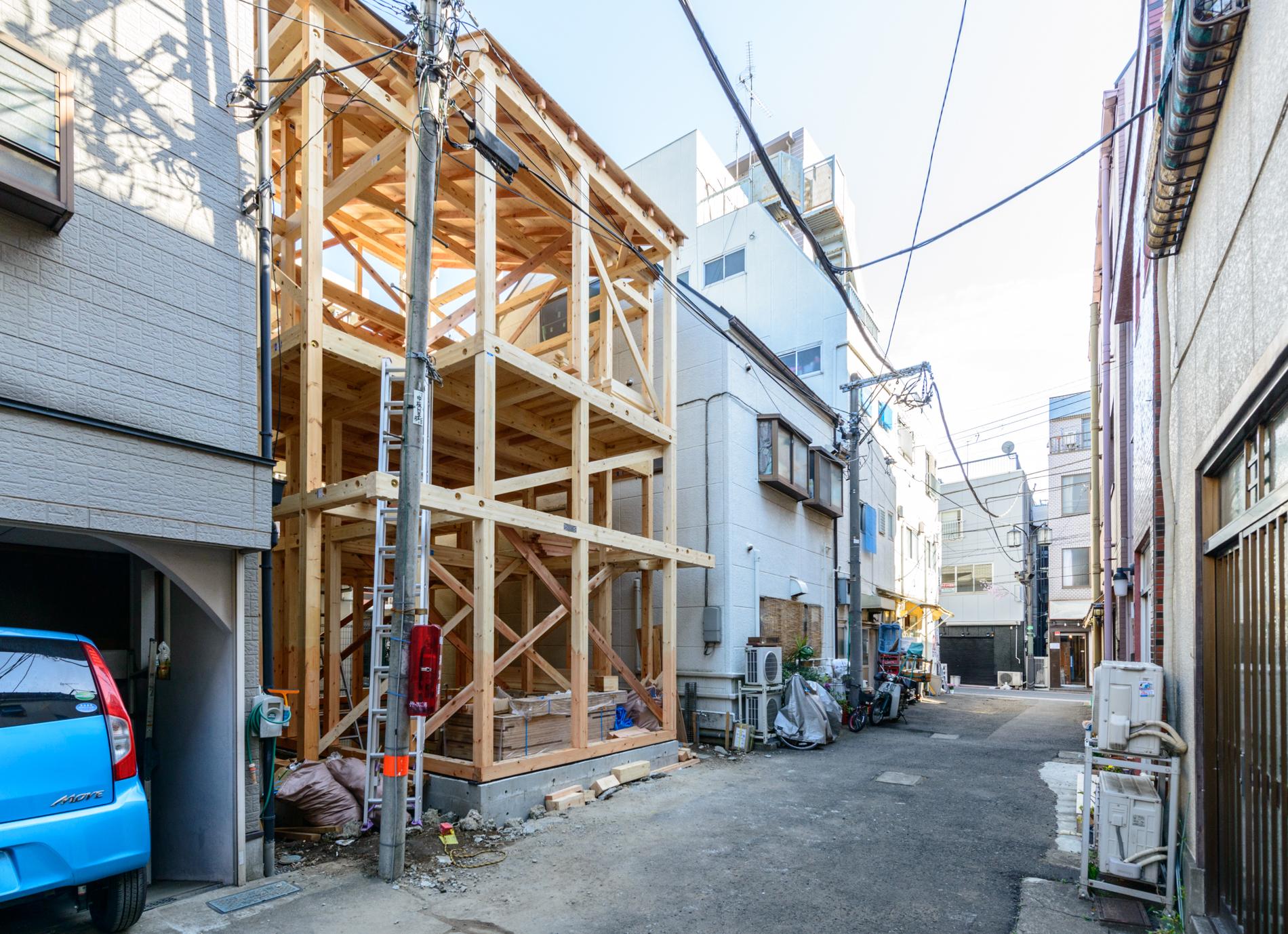 2018年3月4日建て方4(2階建てですが、両側の建物と高さがほとんど変わりません)