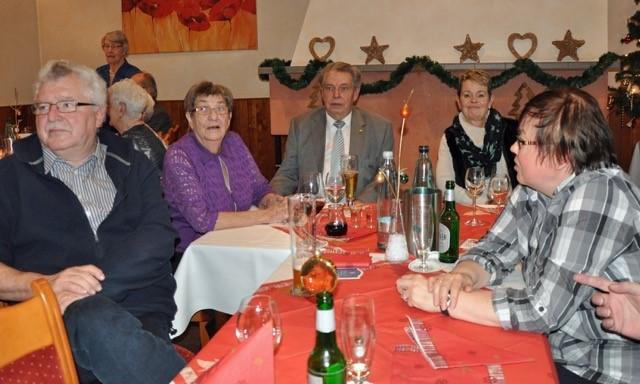 Bild 2: v.l.n.r. Dr. Karlheinz Eckert, 2. SoVD Vorsitzender Ahrensburg, Frau Levenhagen, Peter Levenhagen und Elisabeth Musa-Uder, 2. Frauenvertreterin des SoVD Reinbek
