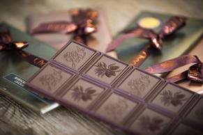 Kleines Mitbringsel: hausgemachte Schokoladetafeln in Geschenkpackung
