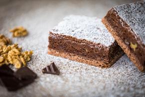 Hausgemachte Brownies mit Baumnüssen und Schokolade