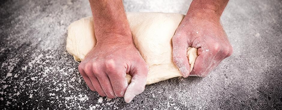 Echtes Bäckerhandwerk: Brot wird von Hand geformt.