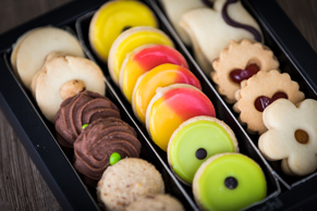 Geschenkidee Wienerkonfekt: verschiedene kleine Güetzli zum Kaffee oder Tee
