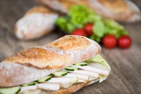 Sandwiches mit frischem Brot, hausgemachten Aufstrichen und besten Zutaten