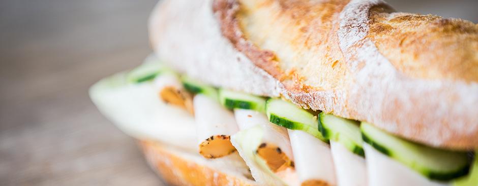 Vollkornsandwich mit Rohschinken, Quark und Zwiebelsprossen