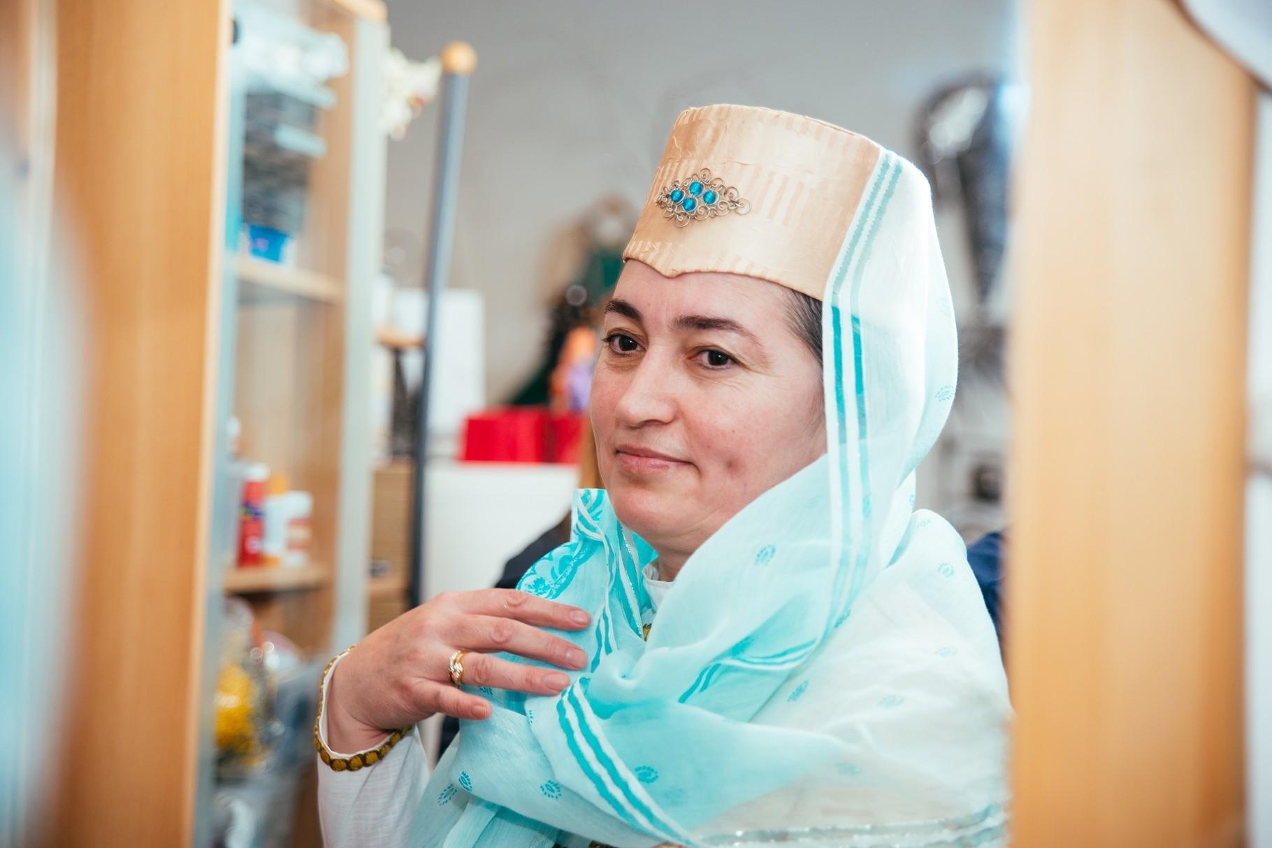 Für uns hat Khadishat ihre traditionalle Tarcht angelegt - obwohl sie sich in ihrer Alltagskleidung wohler fühlt