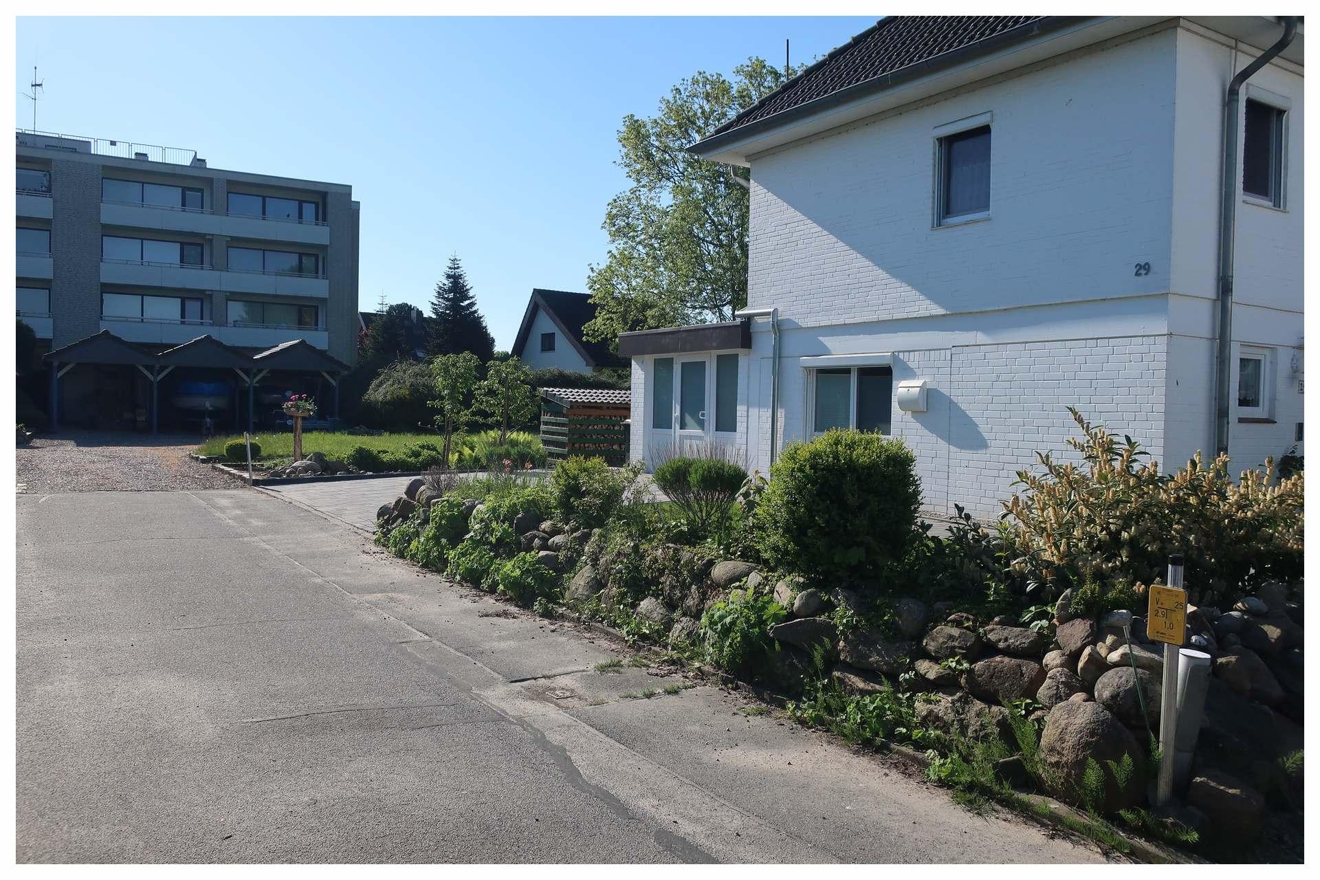 Haus und Garten von der Straßenseite