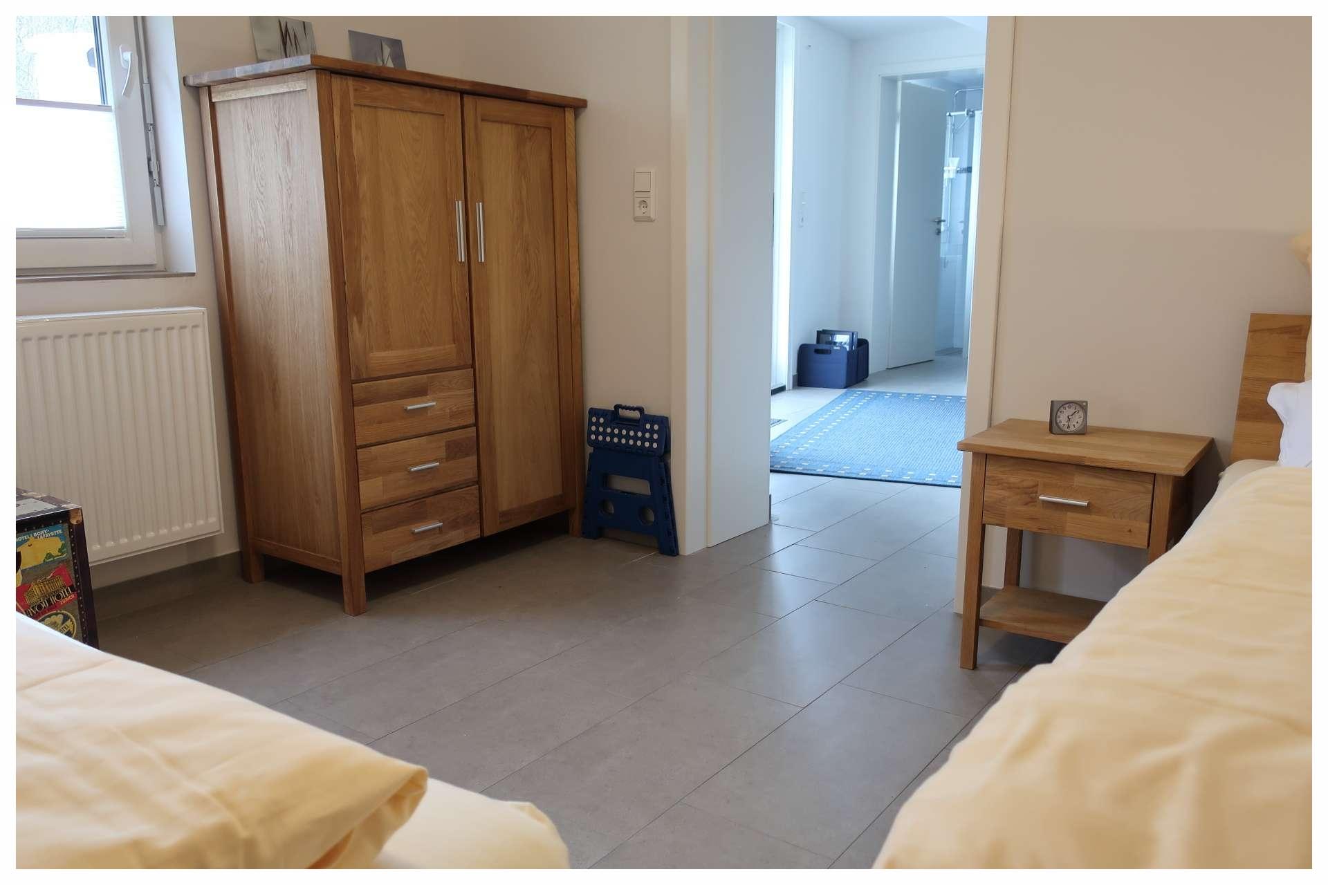Schlafzimmer im Erdgeschoss mit zwei Einzelbetten