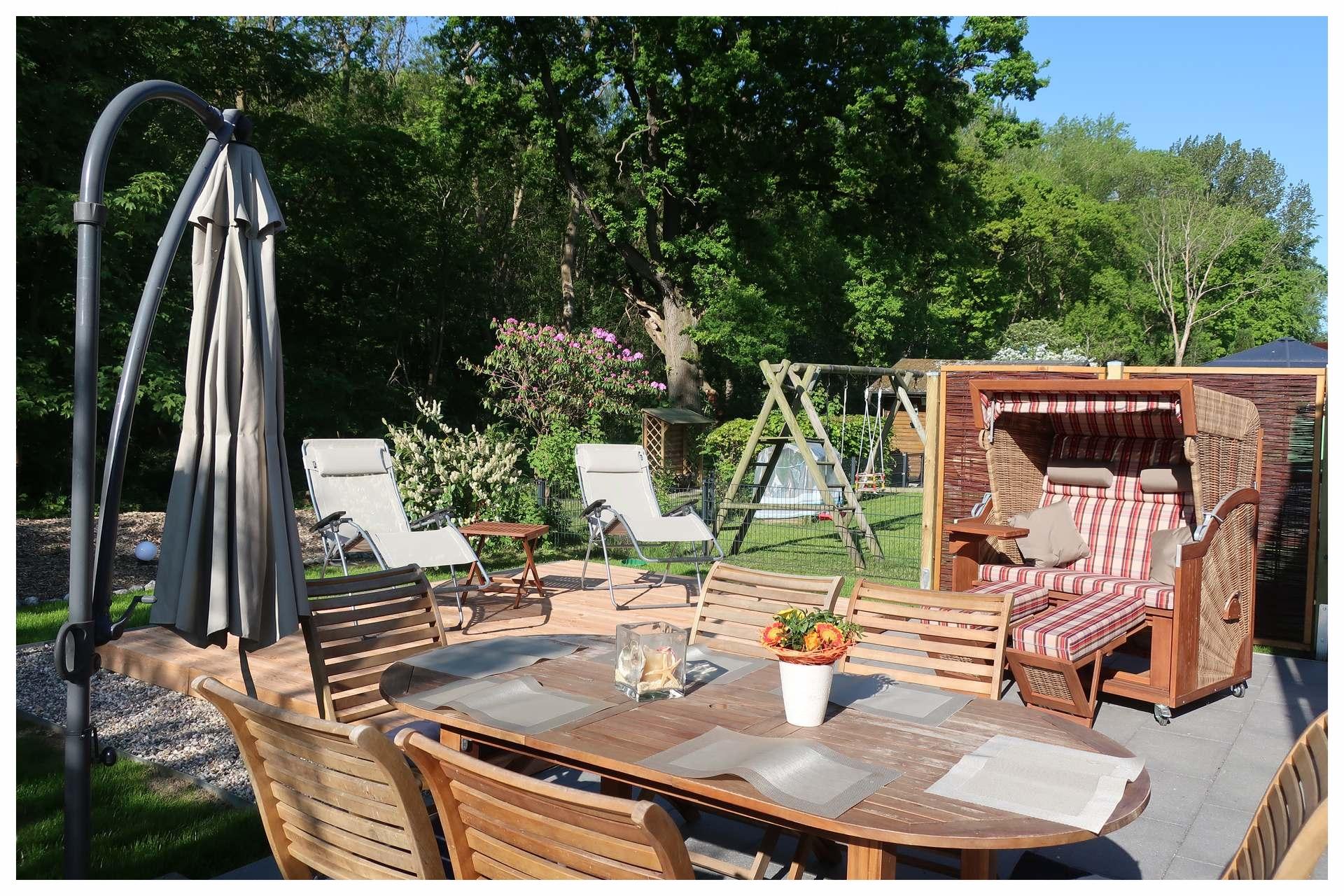 Terrasse mit Holzdeck und Grillplatz