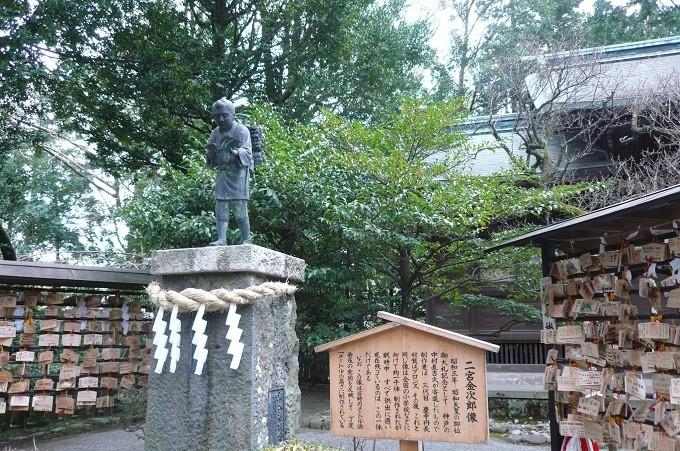 Statue vor dem Ninomiya-Schrein