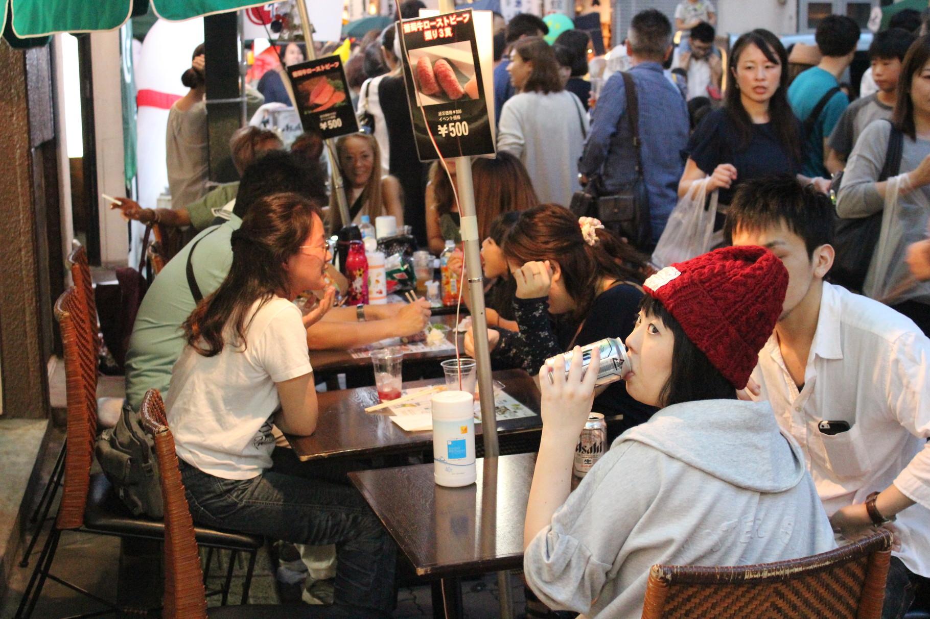 Party on the street. Viele Restaurant stellen Tische auf die Straßen.