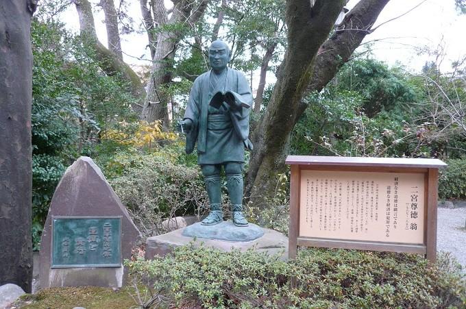 Erwachsenenversion der Statue vor dem Ninomiya Schrein