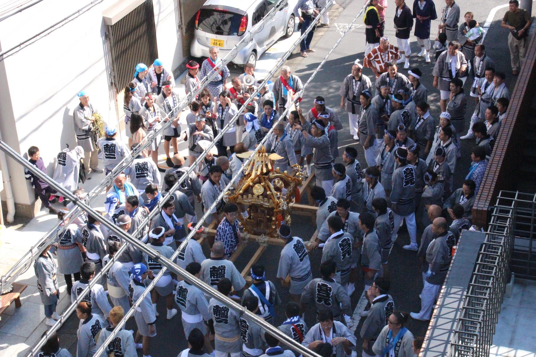 Die Mikoshi-Parade zieht vorbei.