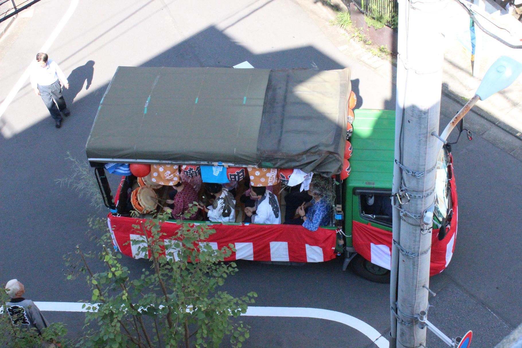 Das Paradenbegleitfahrzeug vor unserem Haus.