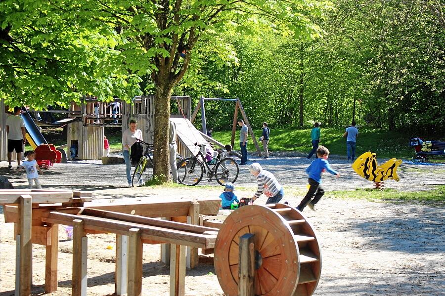 Grosser Abenteuer-Spielplatz im Grüttpark. Direkt hinter dem Campingplatz.