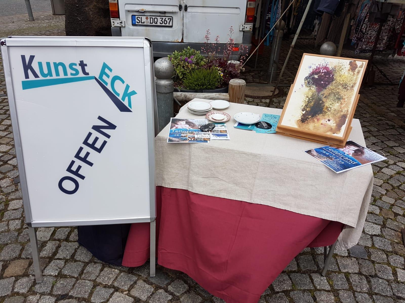 Herzlichen Glückwunsch! Das KunstECK feiert seinen 1. Geburtstag und wir sind dabei! Silke steht für uns auf dem Marktplatz...