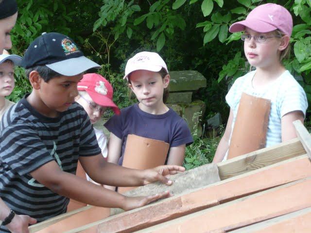 Les enfants réfléchissent ensemble comment monter le pan de toit