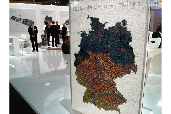 Bund deutscher Entsorgungs,-Rohstoffwirtschaft, gebauter Schaukasten mit verklebten recycelten Granulaten