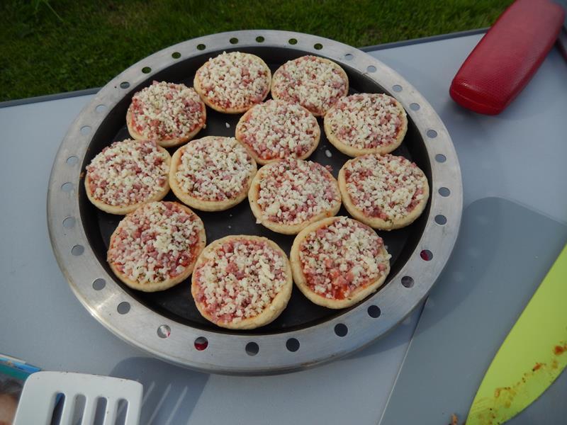 die kleinen Pizzen kommen auch gleich dran