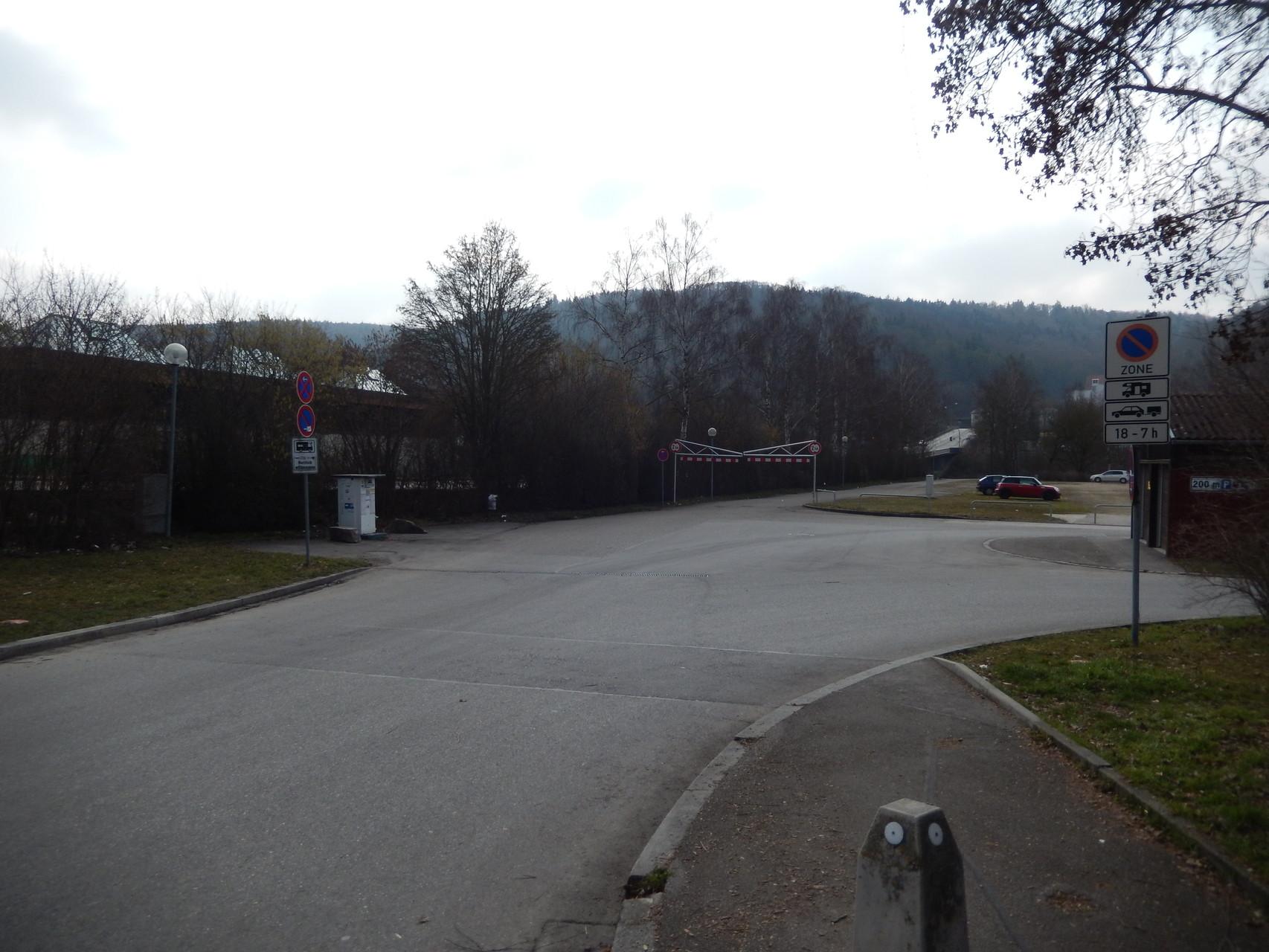 Die VE ist am Anfang des öffentlichen Parkplatzes