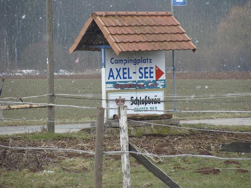 Der Axelsee mit Campingplatz ist direkt neben dem Wohnmobilstellplatz.