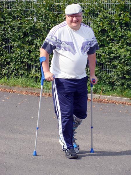 Nach einer OP muss Dirk wieder mal mit Krücken laufen, der Arme