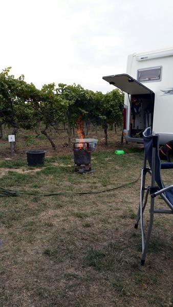 Roger grillt Hähnchen auf offenem Feuer