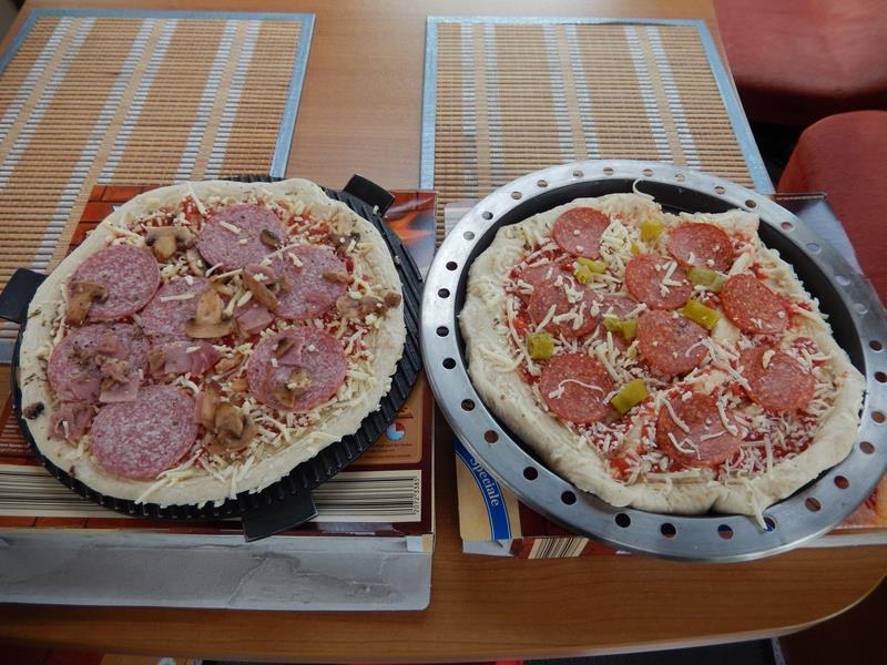 aufgetaut ist es schwierig die Pizza auf die Backformen zu bekommen da der Teig ja frisch ist