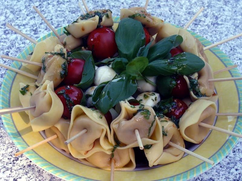 Sabine hat leckere Spieße mit Tomate, Morzzarella und Tortellini gemacht. Abgerundet mit einem leichten Dressing. Lecker.