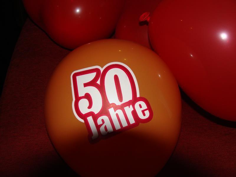 Zufällig feiert NKD gerade auch 50 Jahre. Dirk hat eine Verkäuferin gefragt, ob sie ihm wohl ein paar Ballons schenken würde.