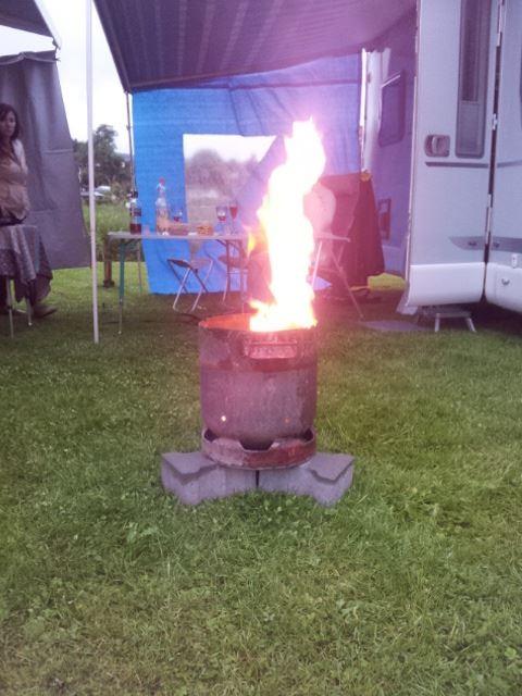 Die Feuerflasche brennt schon mit trockenem Eichenholz