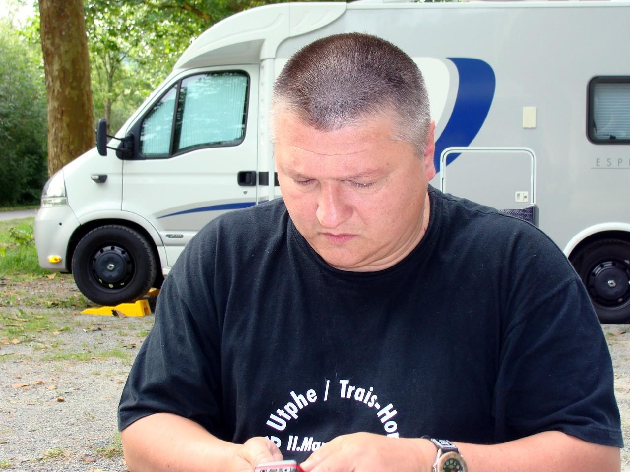 Dirk schreibt eine SMS nach Hause, dass wir angekommen sind.