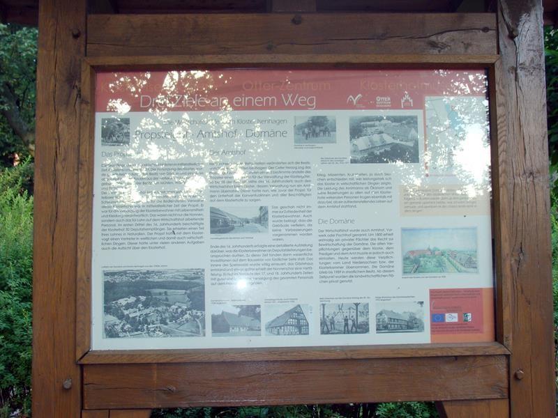 Eine Tafel mit Infos, zu den drei Zielen an dem Weg.