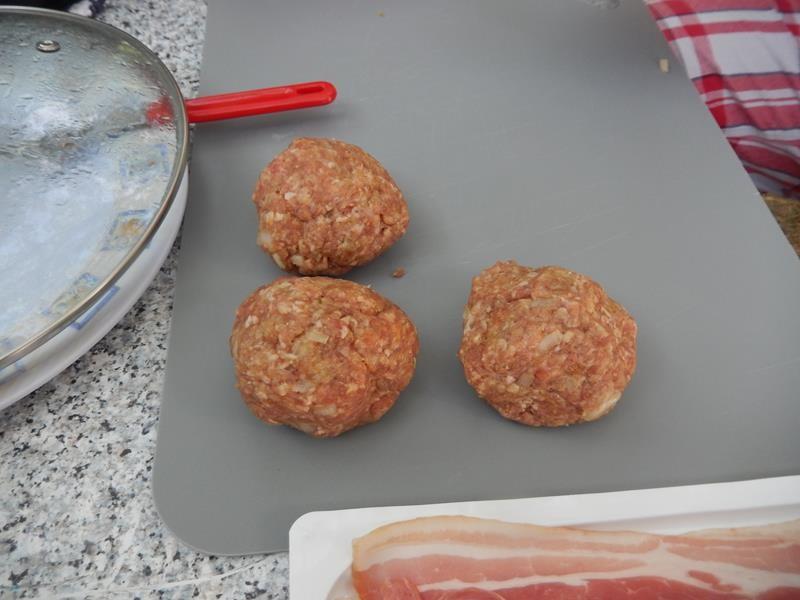 frisch geduscht geht es an Hackfleischklöse formen