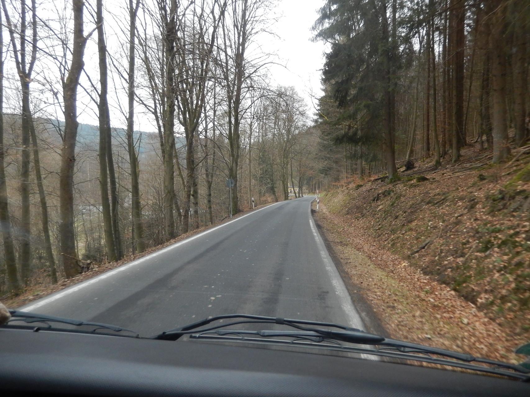 Wenn man über Land fährt, sind die Straßen auch schon mal schmäler....