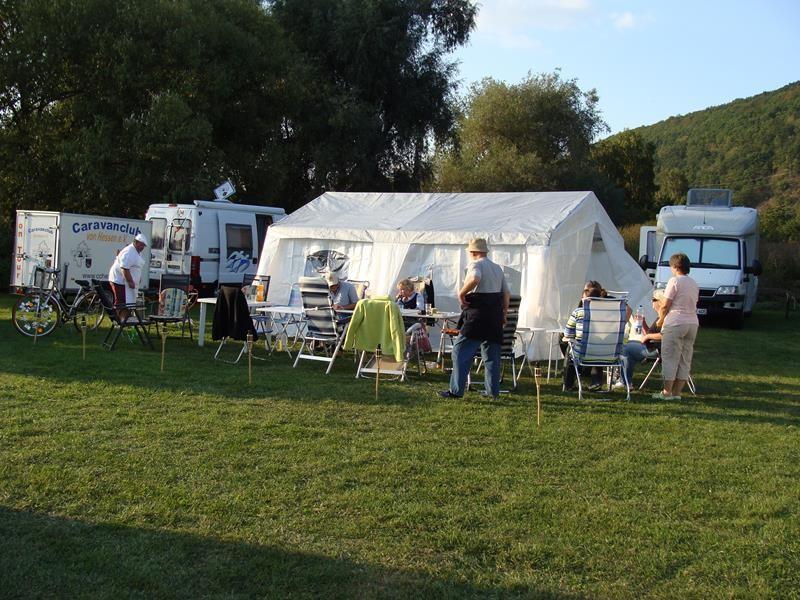 Auch ein Zelt steht bereit