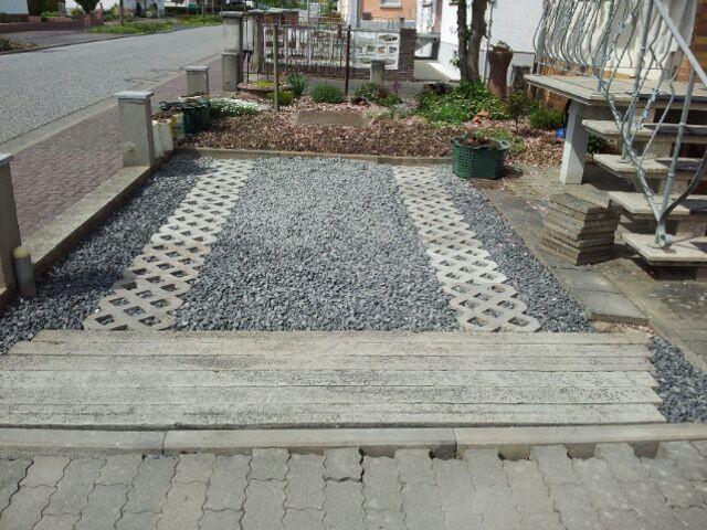soweit fertig! Ganz rechts die Steinplatten werden noch begradigt und bis zum Abschluss angepasst und vorne die Steine noch gehoben. Es ist alles fertig geworden und ich freue mich auf das Ergebnis